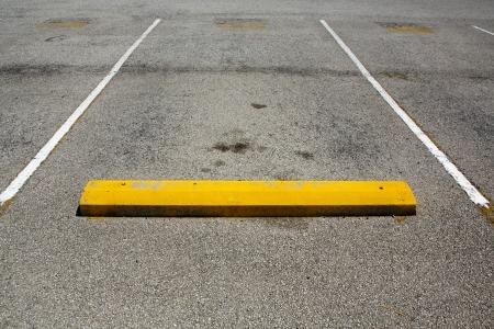 Lege parkeerplaats met ruimte voor exemplaar