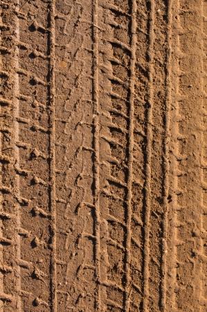 huellas de neumaticos: Pistas del neumático en el fango por un fondo de Transporte