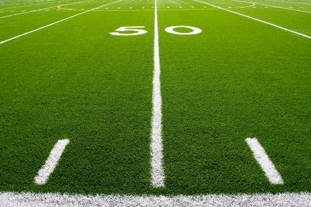 Vijftig yard lijn van een voetbalveld met hashmarks op de voorgrond Stockfoto