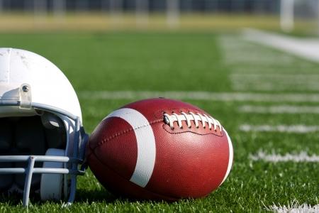 American Football en helm op het veld met ruimte voor kopiëren