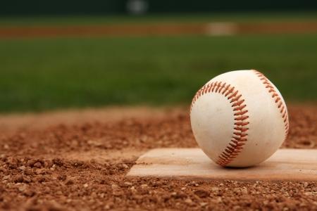 Baseball sur le monticule avec salle pour la copie Banque d'images - 23755725