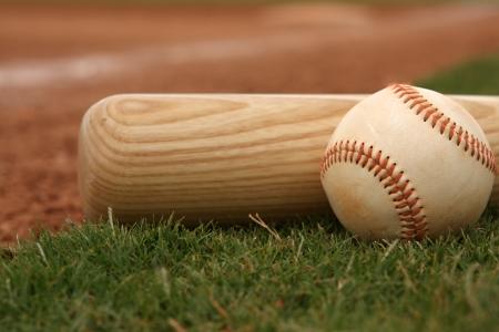 Batte de baseball sur le terrain près de infield Banque d'images - 23756079