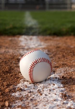 campo de beisbol: Béisbol en la línea de tiza infield Foto de archivo