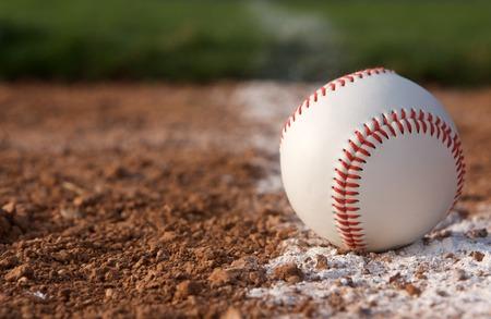 campo de beisbol: Cerrar béisbol en la línea de tiza con espacio para copiar Foto de archivo