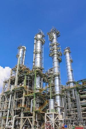 Estructura de la fábrica de aceite y químicos en el día