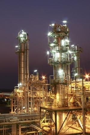industria quimica: Escena de la noche de la planta petroquímica Editorial