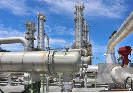 industria quimica: Estructura de la planta química con el cielo azul en un día soleado