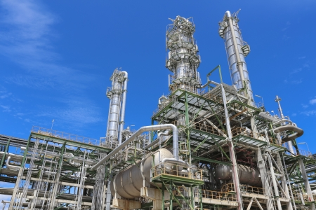 industria quimica: Plan de refinería de químicos industriales con el cielo azul