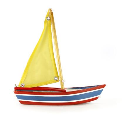 Beauté pleine de jouets en bateau sur fond blanc