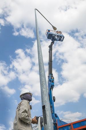 electricista: Técnico electricista para lightin calle reparación por elevación de la pluma Foto de archivo