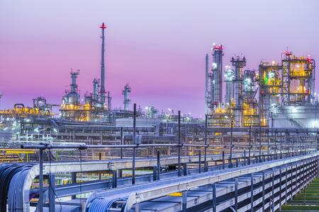 industria petroquimica: Hermosa de la planta industrial de petr�leo en crep�sculo Foto de archivo