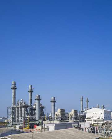turbina de vapor: Planta de potencia de la turbina de gas con el cielo azul, del Este de Tailandia Foto de archivo