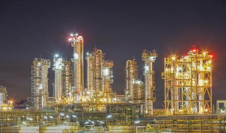 industria petroquimica: Planta de refinería con una hermosa iluminación en la estructura Foto de archivo