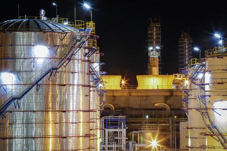 Escena de Crepúsculo de la planta industrial del Petróleo Foto de archivo