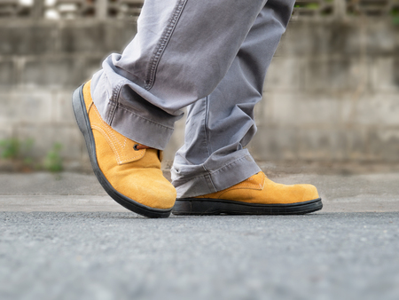 calzado de seguridad: Close up of The man to wears safety shoes on street