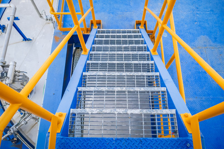 Leiter Stahlkonstruktion blau Boden und gelb Handlauf in der industriellen Fabrik Standard-Bild