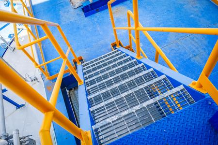 Leiter Stahlkonstruktion blau Boden und gelb Handlauf in der industriellen Fabrik Standard-Bild - 95194366