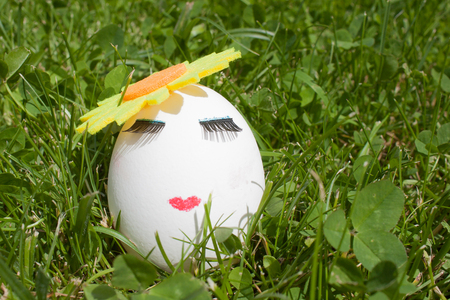 the concept of Easter to paint one egg, make up on green grass 版權商用圖片 - 81387350