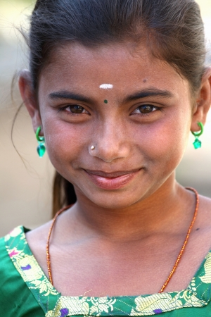 fille indienne: Portrait de fille souriante village indien