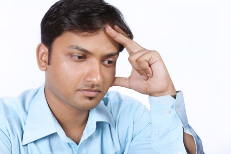 homme triste: Homme d'affaires indien jeune � la recherche d�prim� Banque d'images