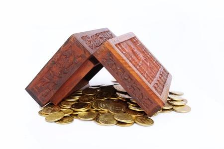 bounty: Cofre del tesoro de madera llena de monedas de oro Foto de archivo