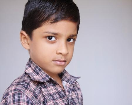 ni�os tristes: Lindo indio Little Baby Buscan grave