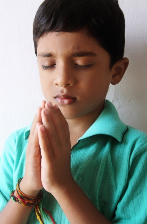 niño orando: Indian Little Boy Praying Foto de archivo