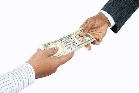 salarios: La gente de negocios la celebraci�n de dinero Foto de archivo