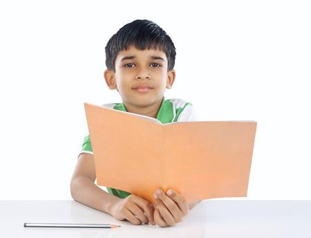 Indian School Boy presenta a la cámara Foto de archivo
