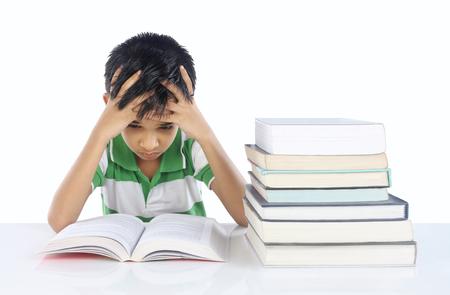 niños sentados: El muchacho de escuela deprimida Foto de archivo