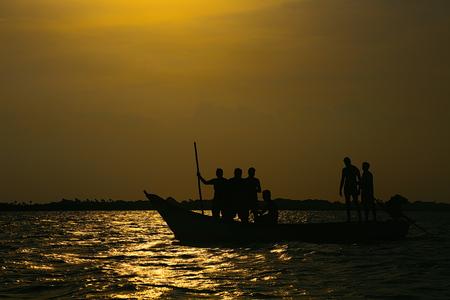 Silhouette Freunde sind auf Boot Standard-Bild