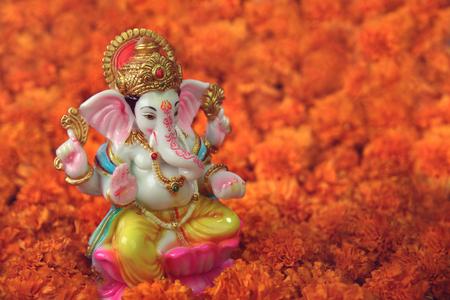 マリーゴールドの花とヒンドゥー教の神ガネーシャ 写真素材