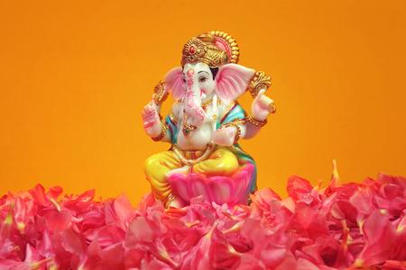 Dios hindú Ganesha con flores de adelfa Foto de archivo