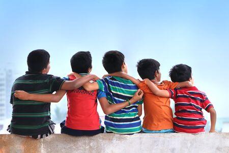 Freunde sitzen an der Wand