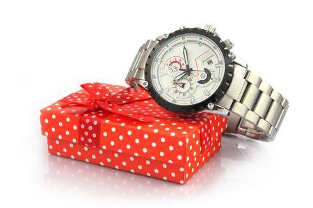 Reloj de pulsera de metal para hombres sobre fondo blanco con caja de regalo Foto de archivo