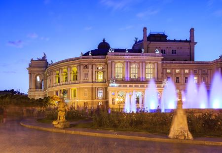 オデッサ ・ オペラ ・ ハウス、ウクライナ近くの公園で夜の時間