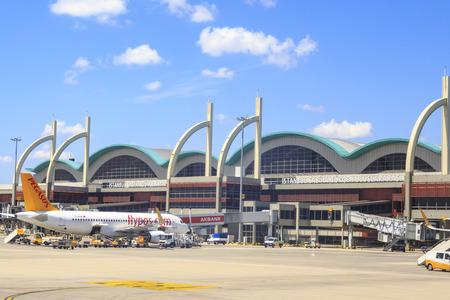 At Sabiha Gokcen airport, Istanbul - August 4, 2018 : Planes and gates of sabiha gokcen airport in asian part of Istanbul, Turkey Standard-Bild
