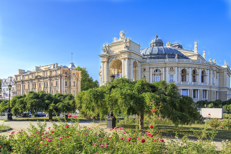 Park with roses near famous opera house of Odessa, Ukraine 免版税图像