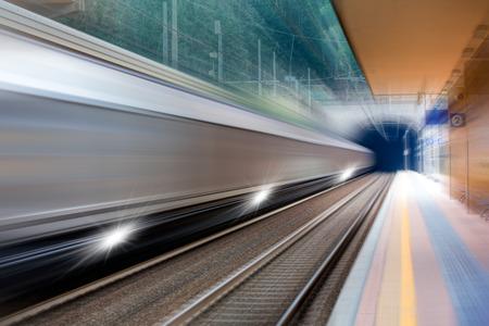 estacion de tren: tren de alta velocidad  Foto de archivo
