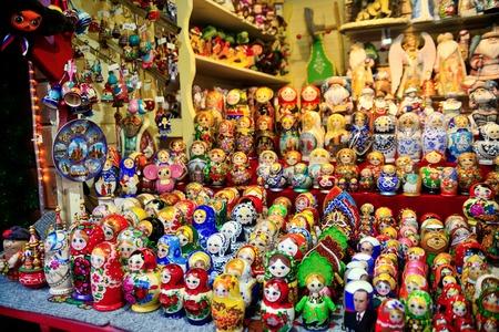muñecas rusas: Colorful close up details of christmas fair market. Wooden matrioshka decorations for sales. Russian dolls