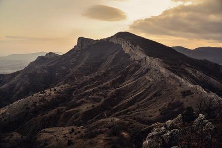 colores calidos: Tarde paisaje de montaña con nubes en colores cálidos