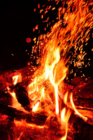 Large burning bonfire with soft glowing flame and sparkles flying all around Stockfoto