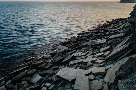 Sea coast with large stone slabs in the evening Stockfoto - 134027852