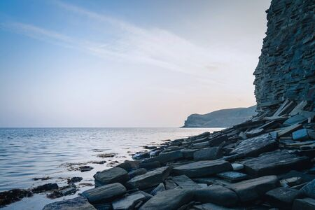 Gray rocky seashore in the evening in blue tones. Stockfoto - 134027844