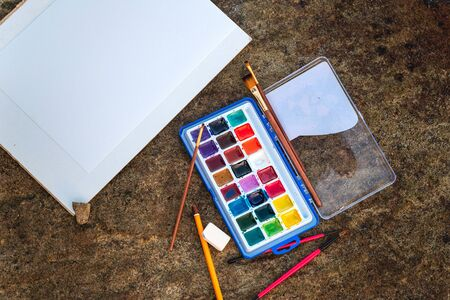 paints, brushes, an album for drawings on the seashore, the concept of drawing, relaxation, hobbies, art, holidays Stockfoto - 134847145