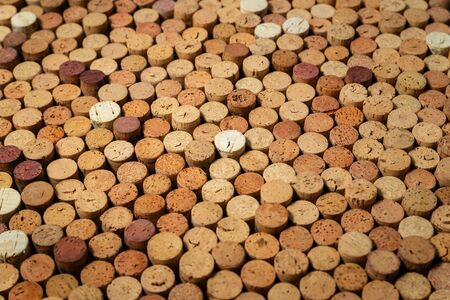 Background pattern of many assorted stacked used red wine corks Stockfoto - 137157730