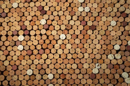 Background pattern of many assorted stacked used red wine corks Stockfoto - 137157729