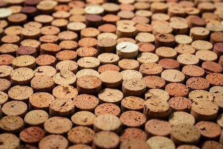Background pattern of many assorted stacked used red wine corks Stockfoto