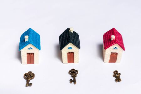 Different keys and a little house on a white background, concept of real estate Stockfoto - 137447151
