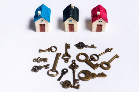 Different keys and a little house on a white background, concept of real estate Stockfoto - 137447200